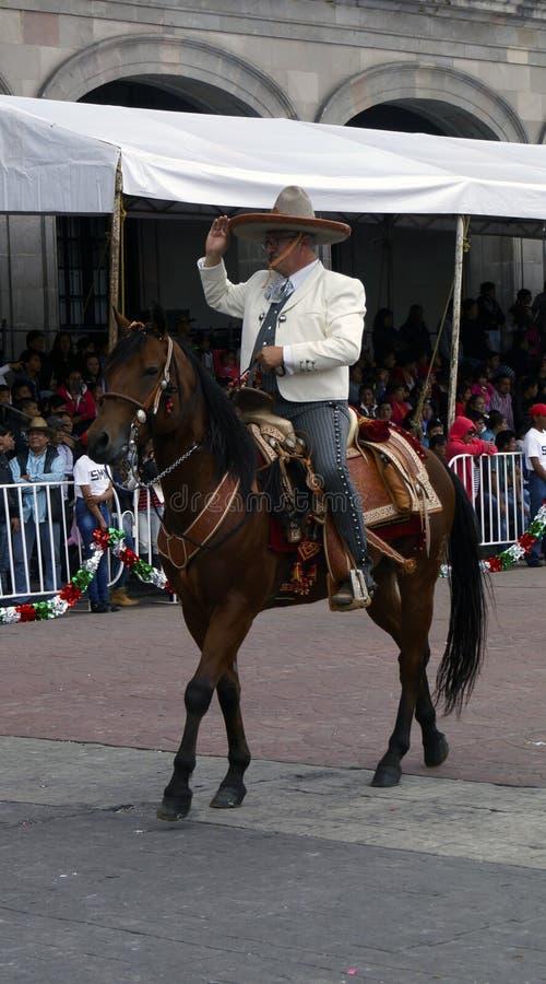 Cavaleiro mexicano na rua com custume do charro fotografia de stock