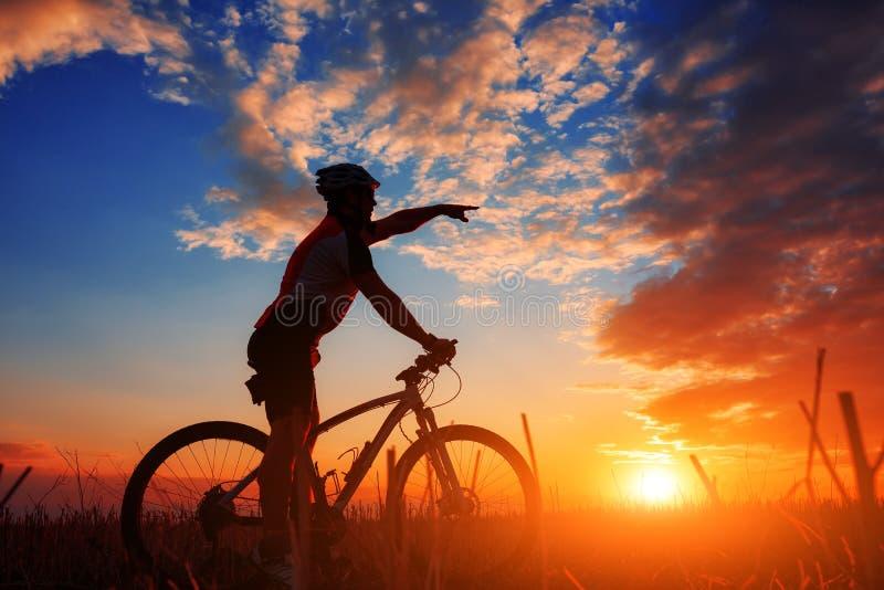 Cavaleiro na ação na sessão do Mountain bike do estilo livre foto de stock