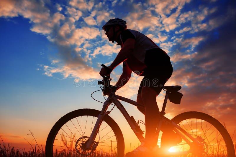 Cavaleiro na ação na sessão do Mountain bike do estilo livre fotos de stock