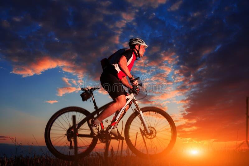 Cavaleiro na ação na sessão do Mountain bike do estilo livre fotografia de stock royalty free