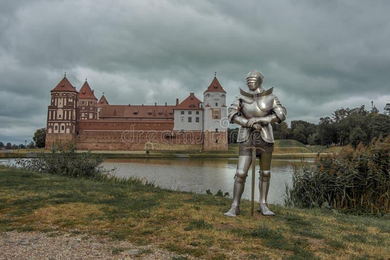 Cavaleiro na armadura completa com uma espada fotografia de stock