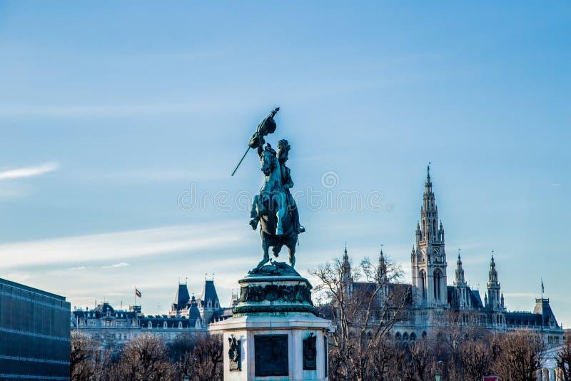 Cavaleiro na armadura em um cavalo imagem de stock