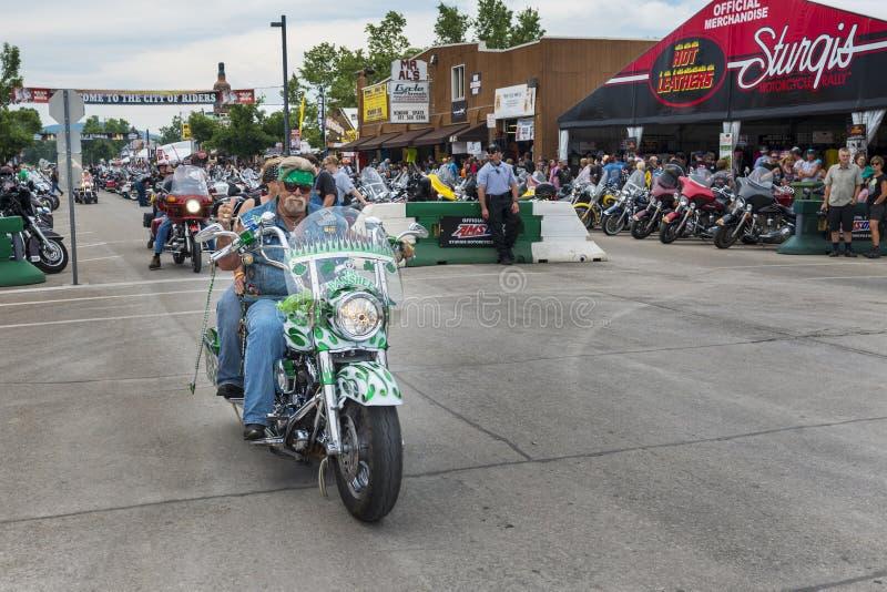 Cavaleiro na rua principal da cidade de Sturgis, em South Dakota, EUA, durante a reunião da motocicleta de Sturgis do anuário imagens de stock