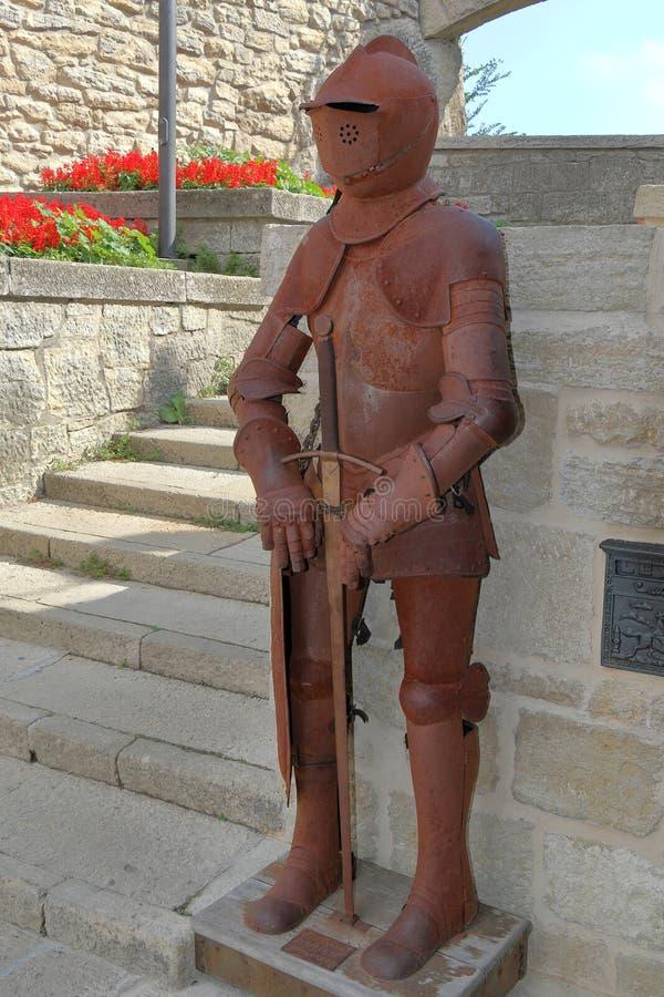 Cavaleiro oxidado idoso decorativo Armour em São Marino, Itália foto de stock
