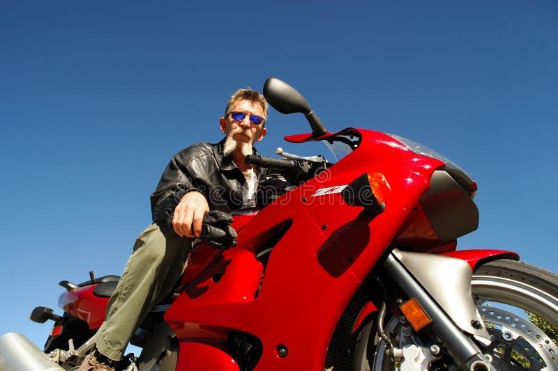 Cavaleiro sênior da motocicleta imagens de stock