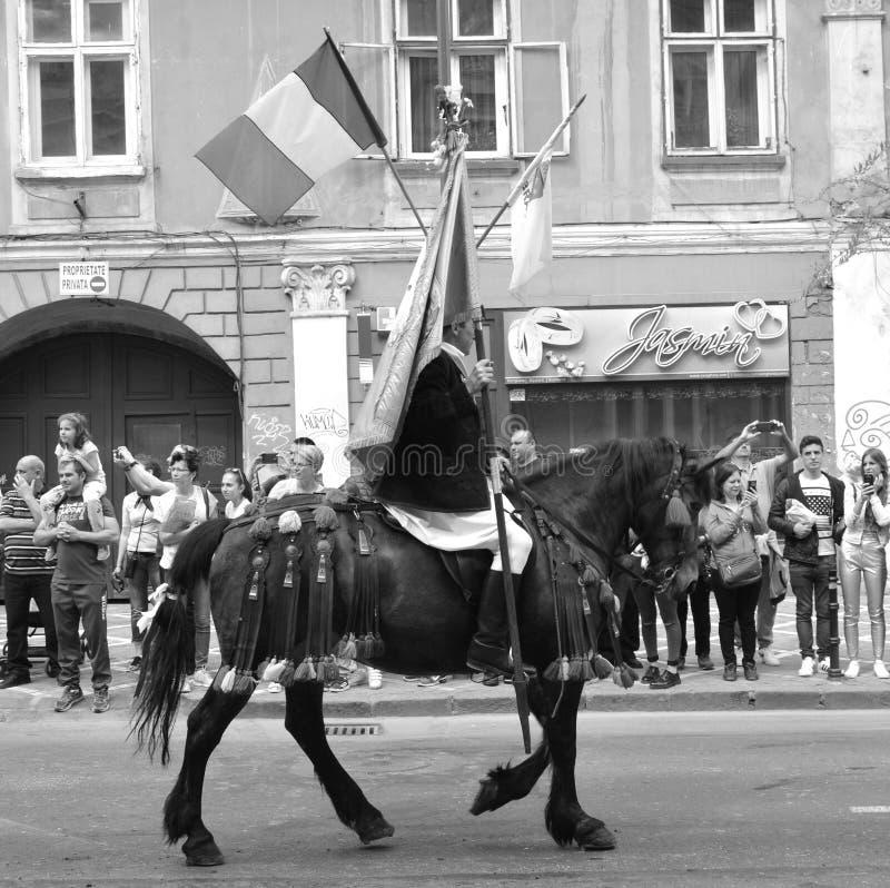 Cavaleiros com os cavalos durante Juni Parade, em Brasov, a Transilvânia fotografia de stock royalty free