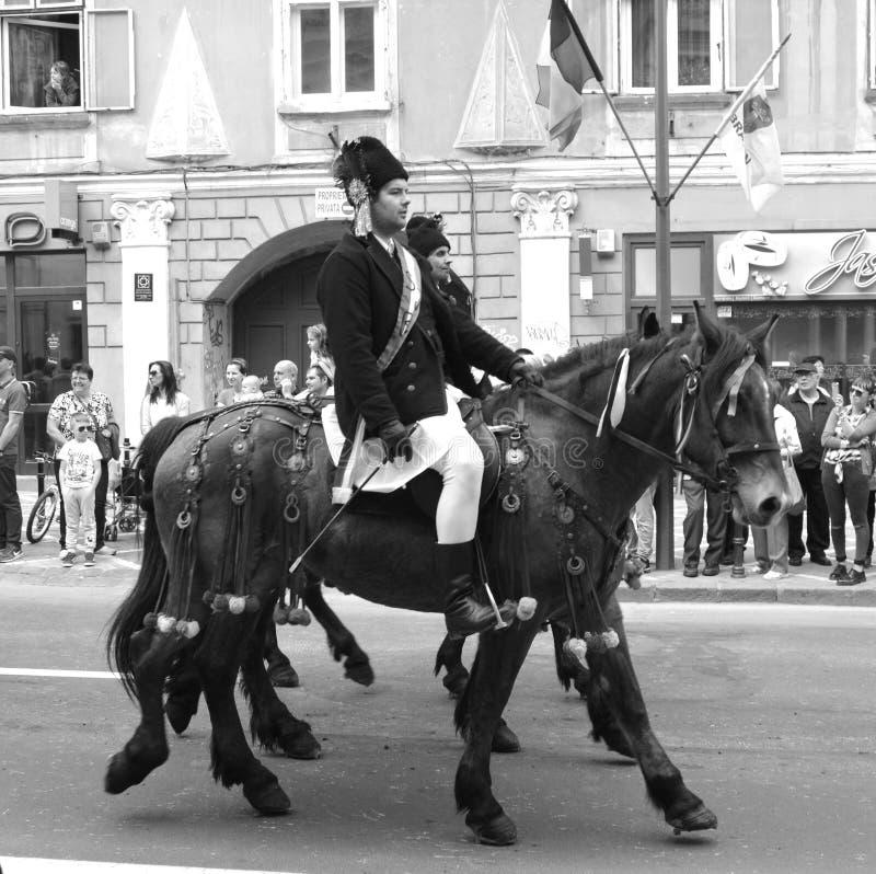 Cavaleiros com os cavalos durante Juni Parade, em Brasov, a Transilvânia fotos de stock royalty free