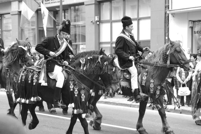Cavaleiros com os cavalos durante Juni Parade, em Brasov, a Transilvânia fotos de stock
