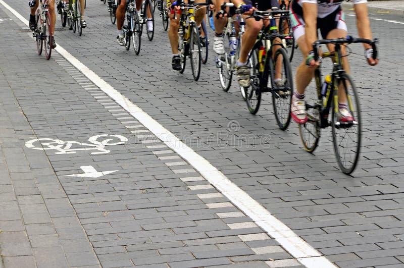 Cavaleiros da bicicleta na rua foto de stock royalty free