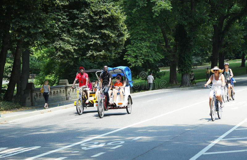 Cavaleiros da bicicleta no Central Park foto de stock