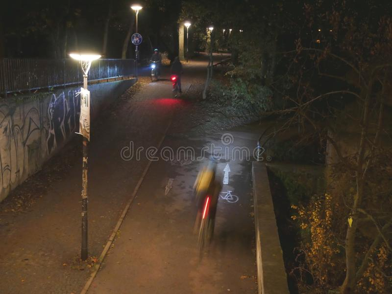 Cavaleiros da bicicleta no parque fotos de stock royalty free