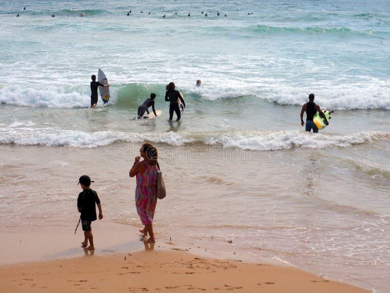 Cavaleiros da prancha na ressaca áspera, praia viril, Austrália fotos de stock