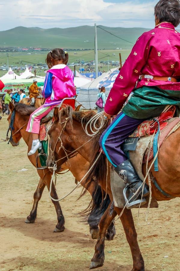 Cavaleiros de Horseback, corrida de cavalos de Nadaam, Mongólia imagens de stock