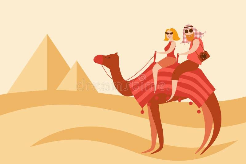 Cavaleiros do camelo dos pares dos turistas no deserto perto das pirâmides de Egito ilustração royalty free