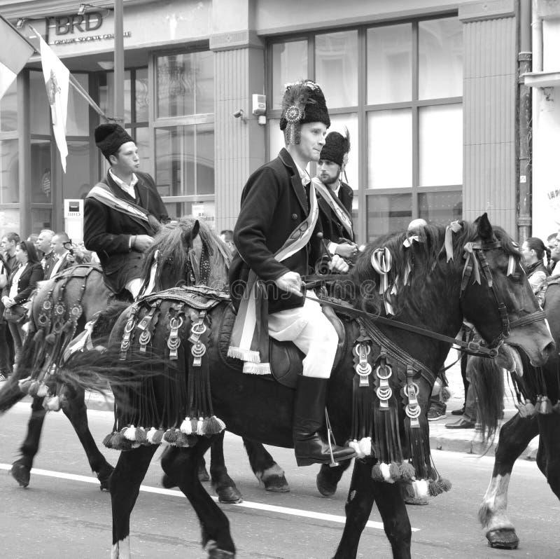 Cavaleiros e cavalos durante Juni Parade, em Brasov, a Transilvânia fotos de stock