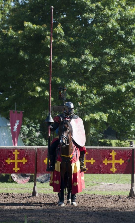 Cavaleiros medievais que esperam para joust castelo de Warwick imagens de stock
