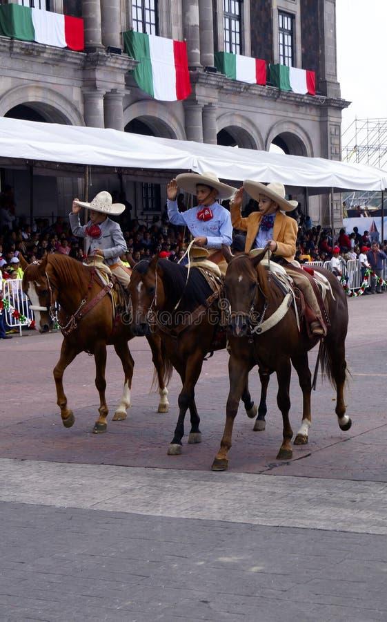 Cavaleiros mexicanos do menino na rua fotos de stock royalty free