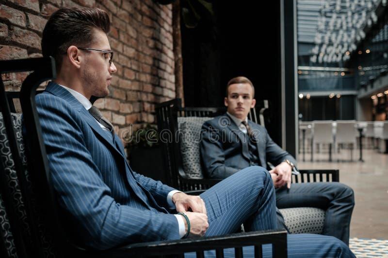 Cavalheiro de dois jovens que tem a conversação fotografia de stock royalty free
