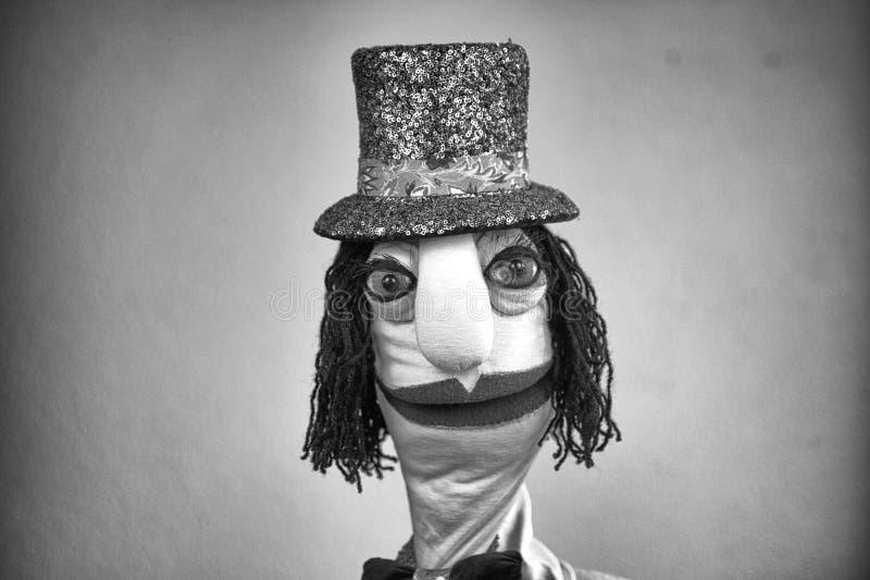 Cavalheiro do fantoche de mão no retrato preto & branco do chapéu no fundo branco fotografia de stock royalty free