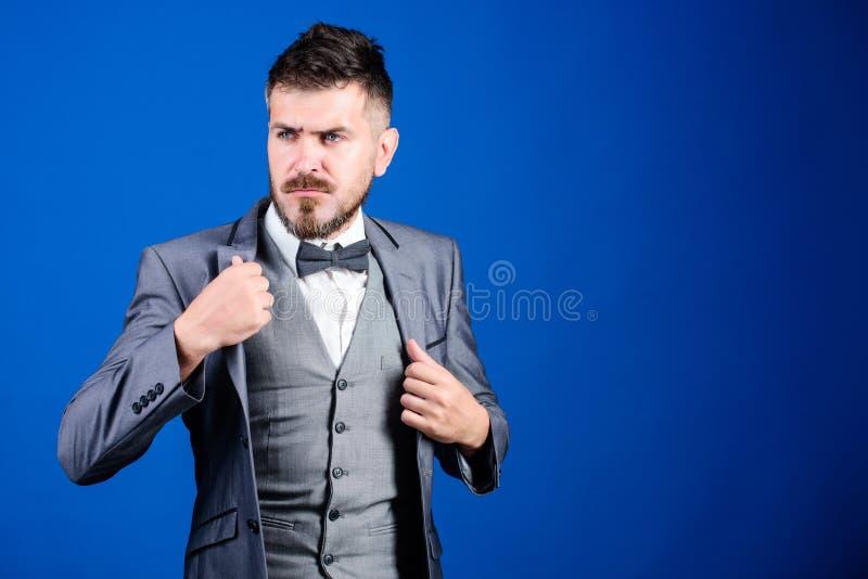 Cavalheiro real homem de neg?cios com a barba no la?o Homem farpado no terno formal noivo maduro de Bride do ilusionista pronto p fotografia de stock