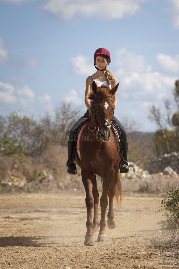 Cavalier adolescent sur le cheval photos stock