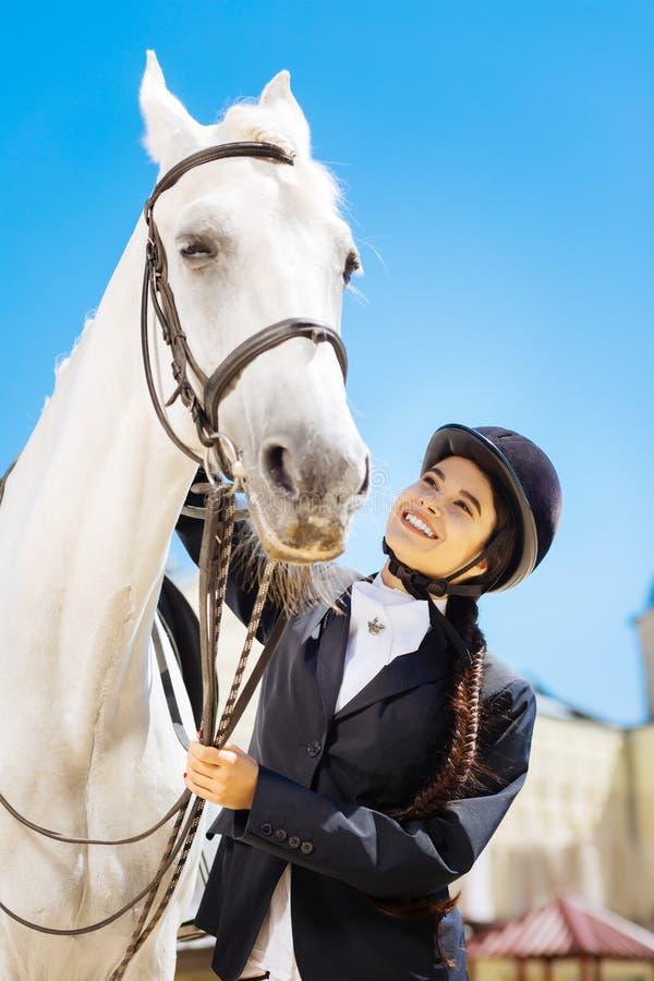 cavalier aux cheveux foncés avec la longue tresse se préparant à l'équitation photos libres de droits