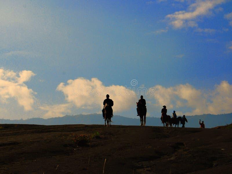 Cavalier dans le désert du bâti Bromo, Java-Orientale, Indonésie photographie stock libre de droits