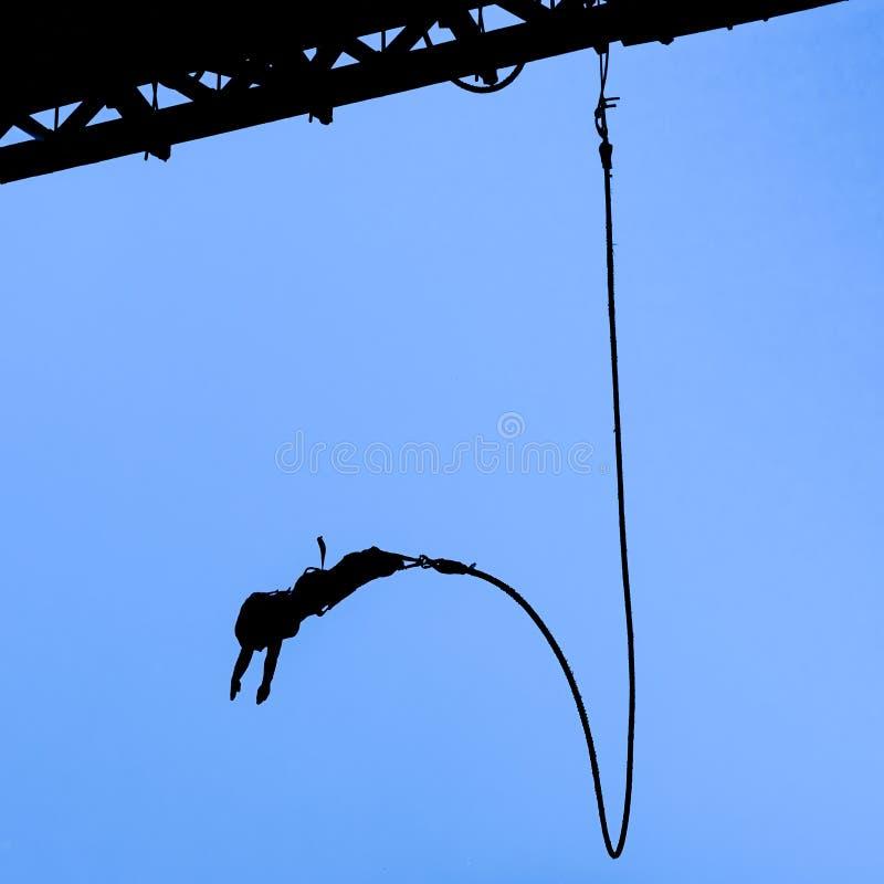 Cavalier de Bungee contre le ciel bleu photo stock