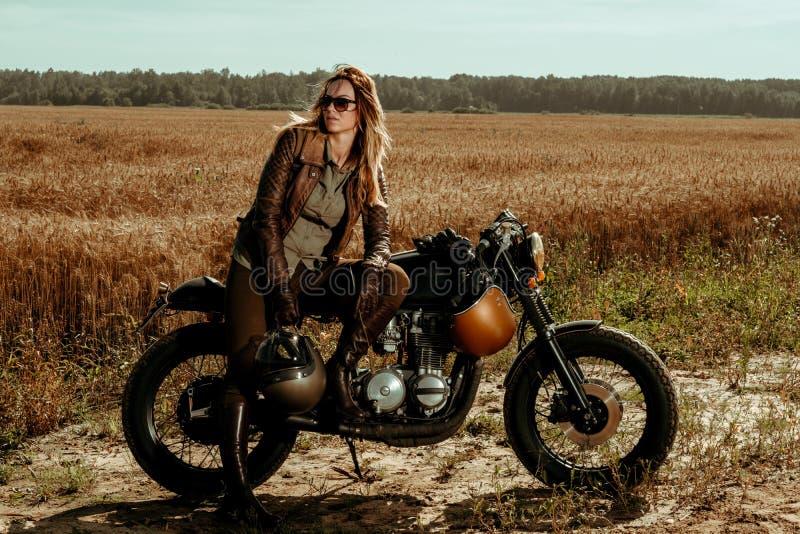 Cavalier de femme avec son coureur fait sur commande de café de vintage images libres de droits