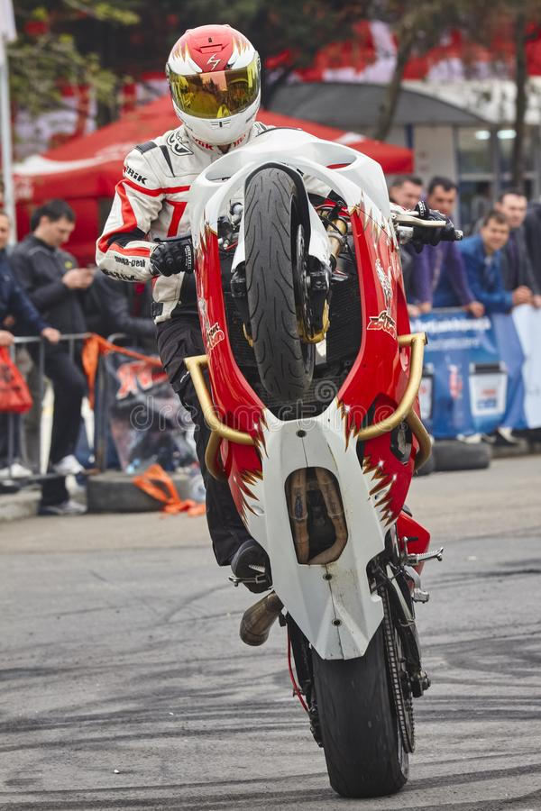 Cavalier de moto exécutant un wheelie image libre de droits