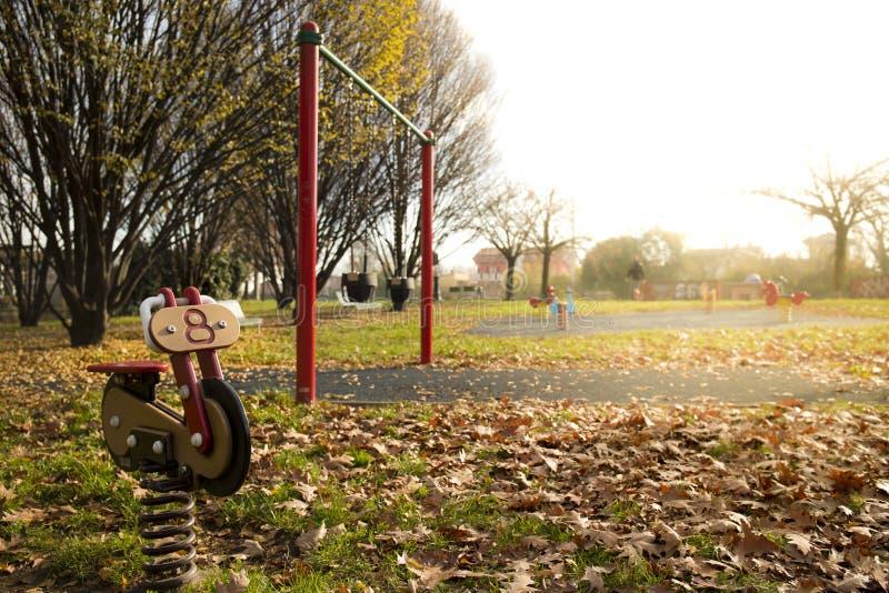 Cavalier de ressort de moto dans le terrain de jeu en automne image stock