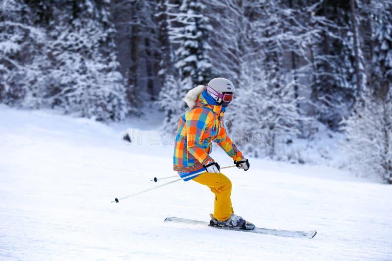 Cavalier de ski en montagnes d'hiver de mouvement image stock