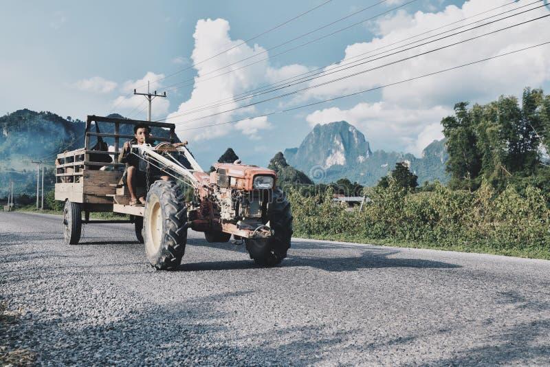 Download Cavalier de tracteur photo stock éditorial. Image du entraîneur - 56476753