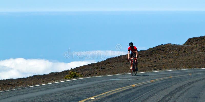 Cavalier de vélo au-dessus des nuages photographie stock