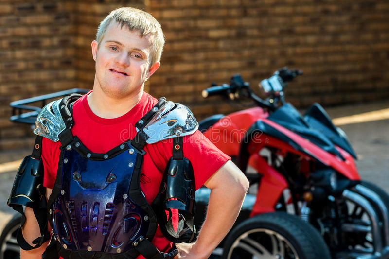 Cavalier de vélo de quadruple de trisomie 21 images libres de droits