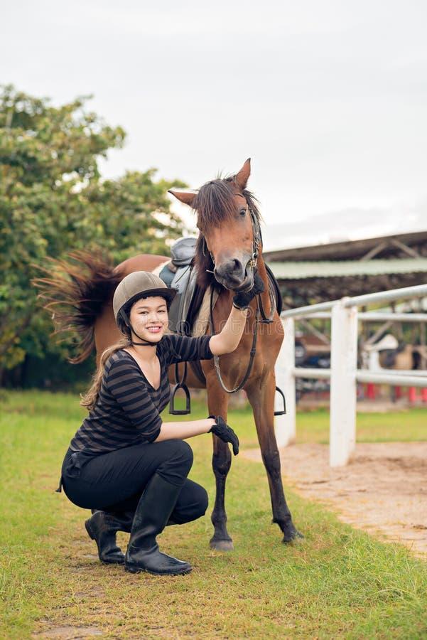 Cavalier et poney image stock