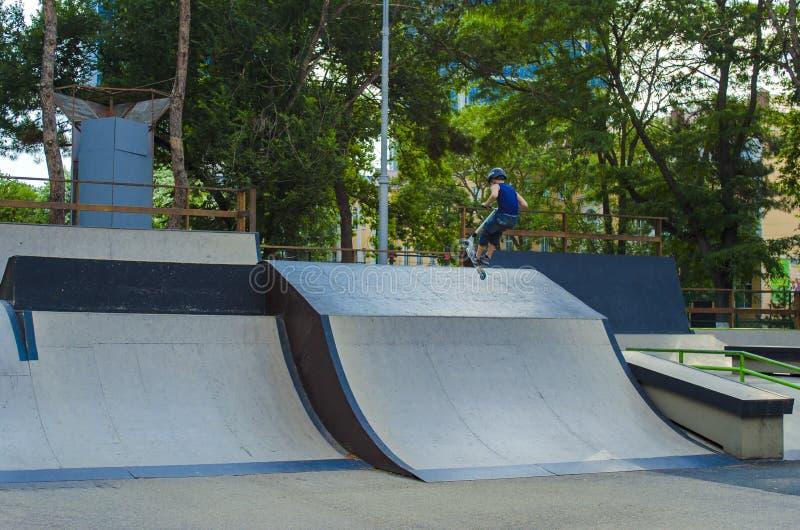 Cavalier extrême de BMX dans le saut de casque dans le skatepark sur la concurrence Concept de patin de coup-de-pied de sport pou photos libres de droits