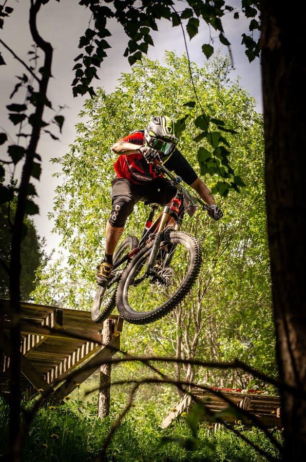 Cavalier incliné de mountainbike images stock