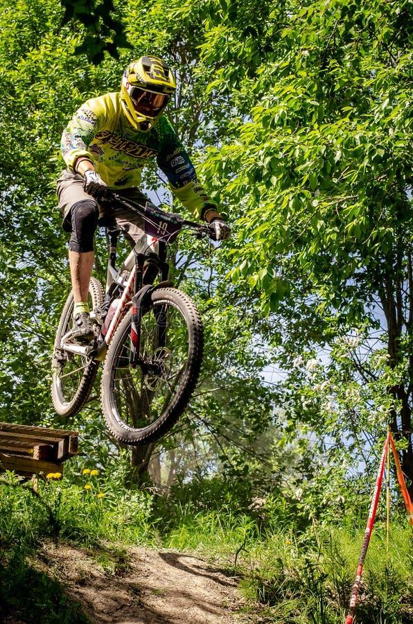 Cavalier incliné de mountainbike photographie stock