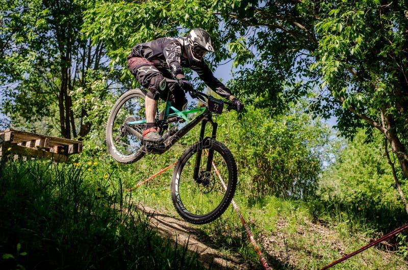 Cavalier incliné de mountainbike photo libre de droits