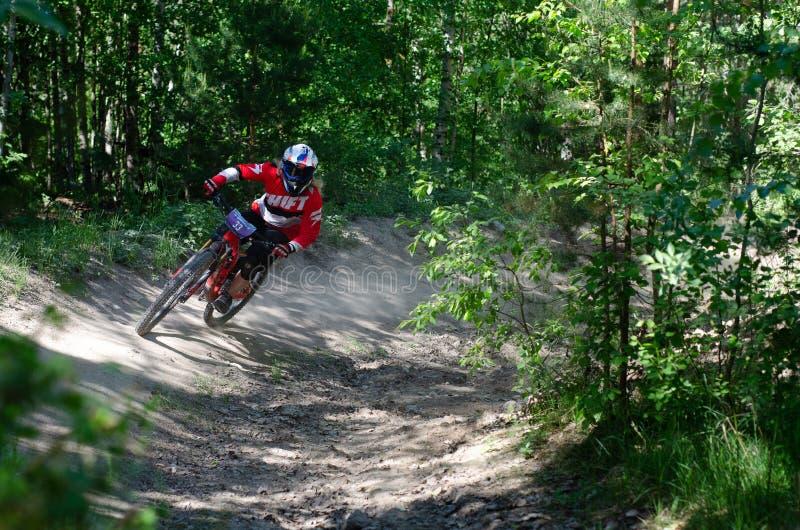 Cavalier incliné de mountainbike images libres de droits