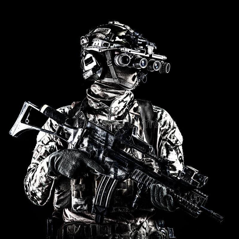 Cavalier marin avec des lunettes de fusil et de vision nocturne photo libre de droits