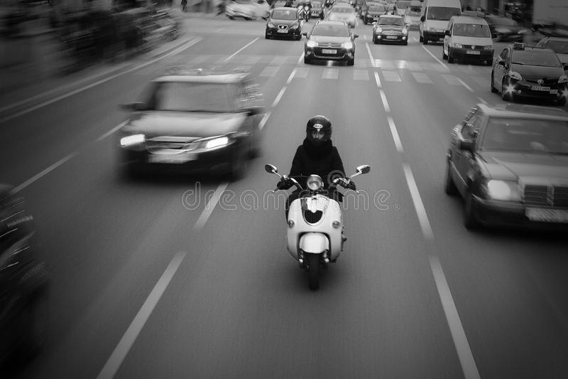 Cavalier sur la motocyclette sur la ruelle moyenne de la route