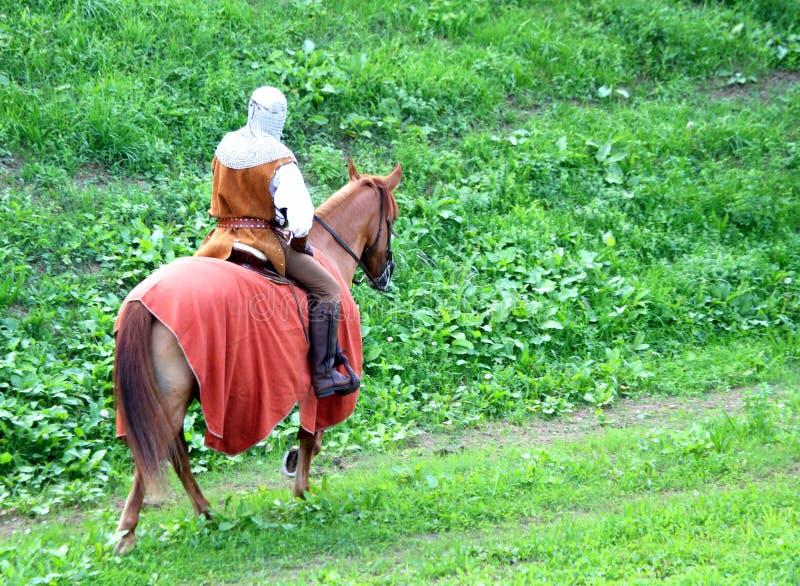 Cavaliere a cavallo con il costume medievale di scena fotografie stock libere da diritti