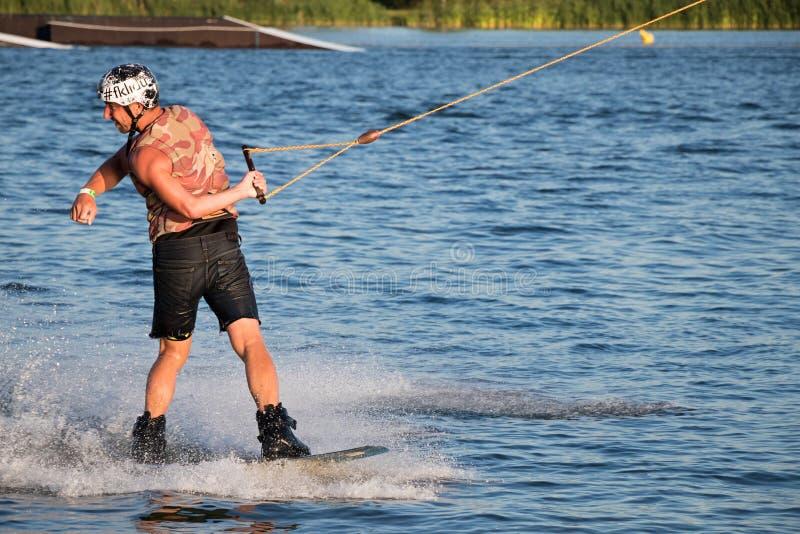 Cavaliere che wakeboarding nel parco Merkur di risveglio del cavo fotografie stock libere da diritti