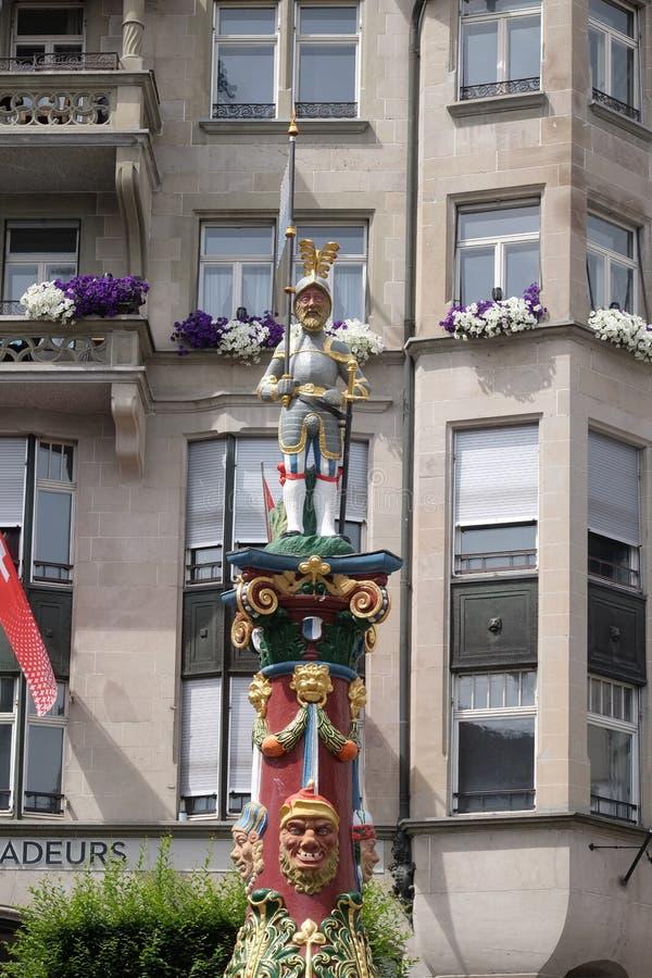 Cavaliere con la bandiera e una spada della fontana di Fritschi, costruita nel 1918 e dedicata al carattere di un carnevale legge immagini stock libere da diritti