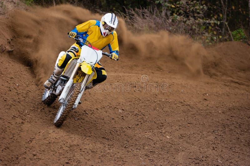 Cavaliere della polvere della corsa di motocross immagini stock