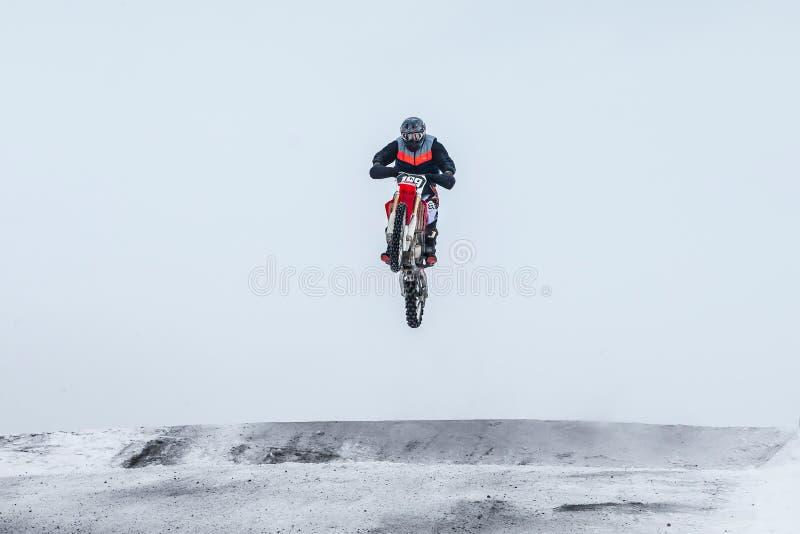 Cavaliere di motocross che salta sopra la montagna fotografie stock libere da diritti