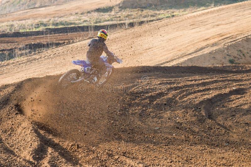 Cavaliere durante la corsa di motocross fotografia stock libera da diritti