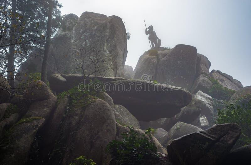 Cavaliere fantastico nella siluetta della statua dell'armatura immagine stock libera da diritti